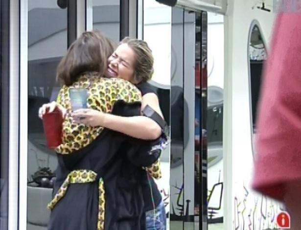 6.mar.2013 - Kamilla e Fani se abraçam e dizem que festa desta noite vai ser