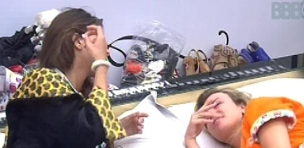 6.mar.2013 - Kamilla e Fernanda deitam no quarto do líder para voltarem a dormir nesta manhã