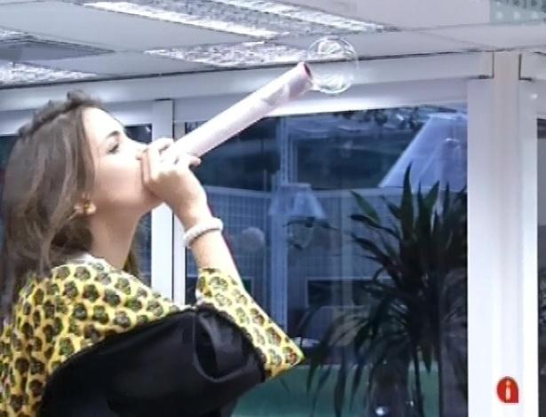 6.mar.2013 - Kamilla tenta fazer bolinha de sabão com tubo de papelão que Fani improvisou