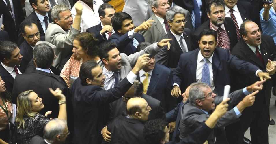 6.mar.2013 - Liderados pelo senador Lindbergh Farias (PT-RJ) e aos gritos de