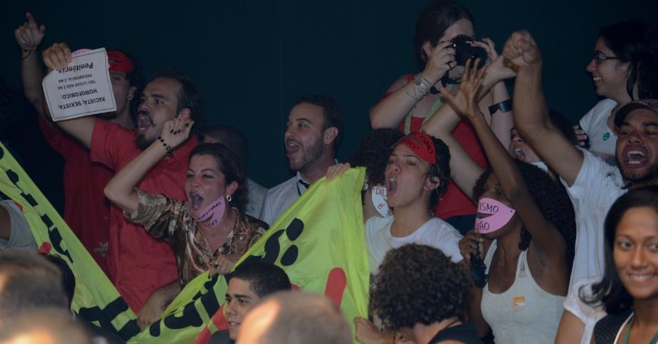 6.mar.2013 - Manifestantes contrários a eleição do deputado Marco Feliciano (PSC-SP) a presidência da Comissão de Direitos Humanos da Câmara, comemoram o adiamento da votação nesta quarta-feira. Para evitar o contato com os manifestantes, o deputado precisou ser escoltado por colegas de partido e seguranças da Casa