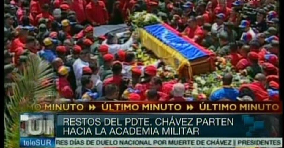 """6.mar.2013 - Multidão cerca o caixão do presidente Hugo Chávez, na saída do cortejo fúnebre, em Caracas, em reprodução de imagem da TV """"Telesur"""". O mandatário venezuelano morreu na terça-feira (5), aos 58 anos, vítima de um câncer na região pélvica. O cortejo saiu do Hospital militar de Caracas, onde Chávez morreu na terça-feira (5), e irá até a Academia Militar"""