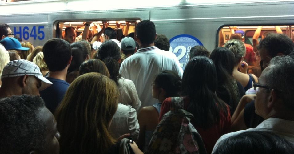 6.mar.2013 - Multidão tenta pegar o trem na estação República da linha 3- vermelha do metrô, em São Paulo (SP). Devido uma falha na estação Bresser Mooca, os trens estão circulando com velocidade reduzida na tarde desta quarta-feira