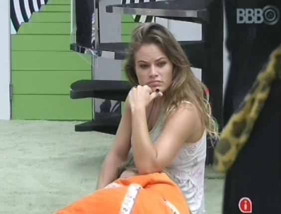 """6.mar.2013 - Natália acorda após toque de despertar e senta na sala da casa do """"BBB13"""""""