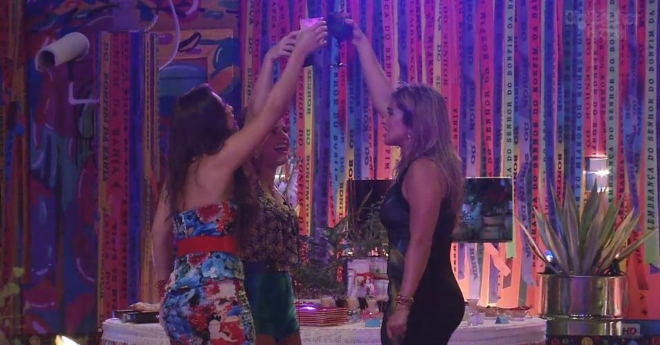 6.mar.2013 - Natália, Andressa e Fani fazem brinde durante a festa Astral