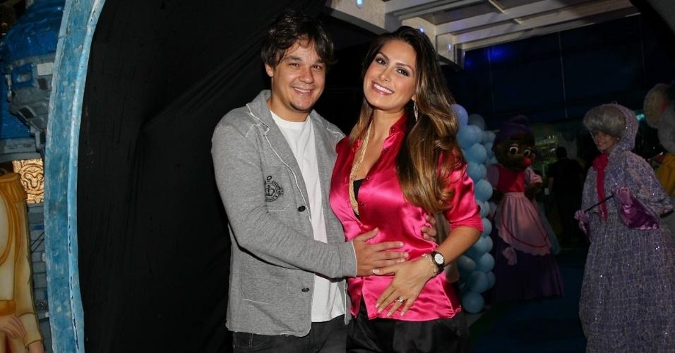 6.mar.2013 - Natália Guimarães e Leandro prestigiaram o aniversário de três anos de Helena e Isabella, filhas de Luciano, em uma casa de festas em São Paulo