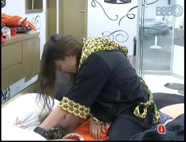 6.mar.2013 - No quarto do líder, Kamilla sobre em cima de Fernanda e faz cócegas na advogada