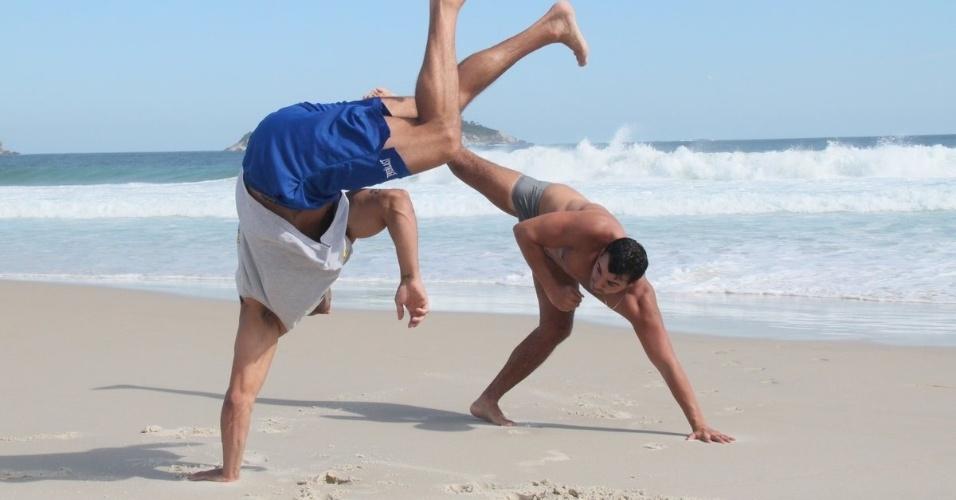 6.mar.2013 - O ex-BBB Kléber Bambam praticou capoeira na praia da Barra da Tijuca, zona oeste do Rio