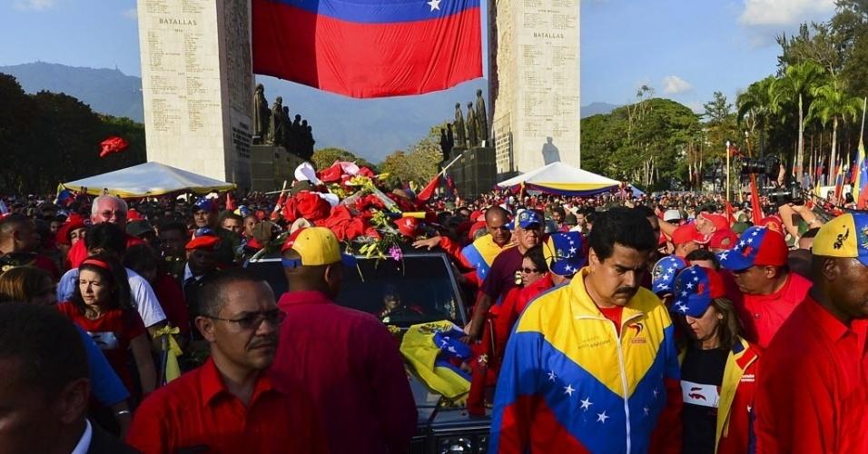 6.mar.2013 - O vice-presidente da Venezuela, Nicolas Maduro (à direita), e o ministro venezuelano de Comunicações, Ernesto Villegas, acompanham a chegada do caixão de Hugo Chávez à Academia Militar, em Caracas, onde o corpo do presidente será velado nesta quarta-feira (6). Chávez morreu ontem (5), aos 58 anos, vítima de um câncer na região pélvica