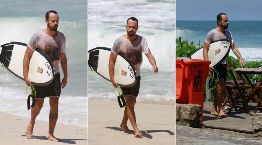 6.mar.2013 - Paulo Vilhena escreve Chorão em sua prancha de surfe