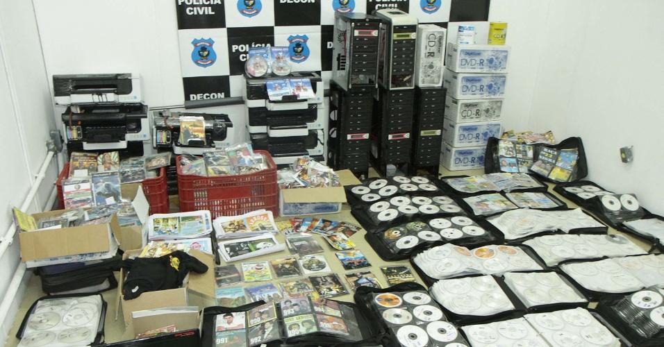 6.mar.2013 - Policiais Civis da Decon (Delegacia Estadual do Consumidor) fecham laboratório de CDs e DVDs piratas em Trindade (GO) nesta quarta-feira. A investigação durou dez dias até a prisão dos envolvidos