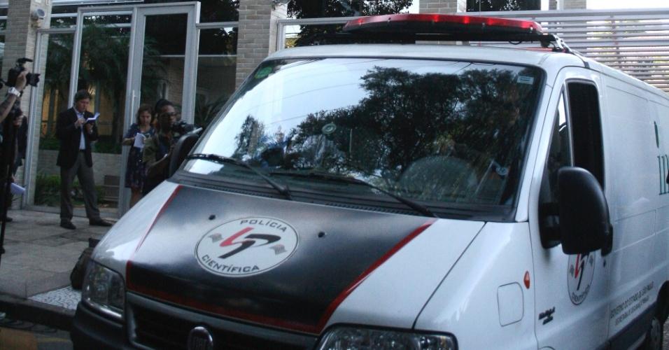 6.mar.2013 - Policiais entram no prédio de Chorão, onde o cantor foi encontrado morto nesta manhã no bairro de Pinheiros, em São Paulo