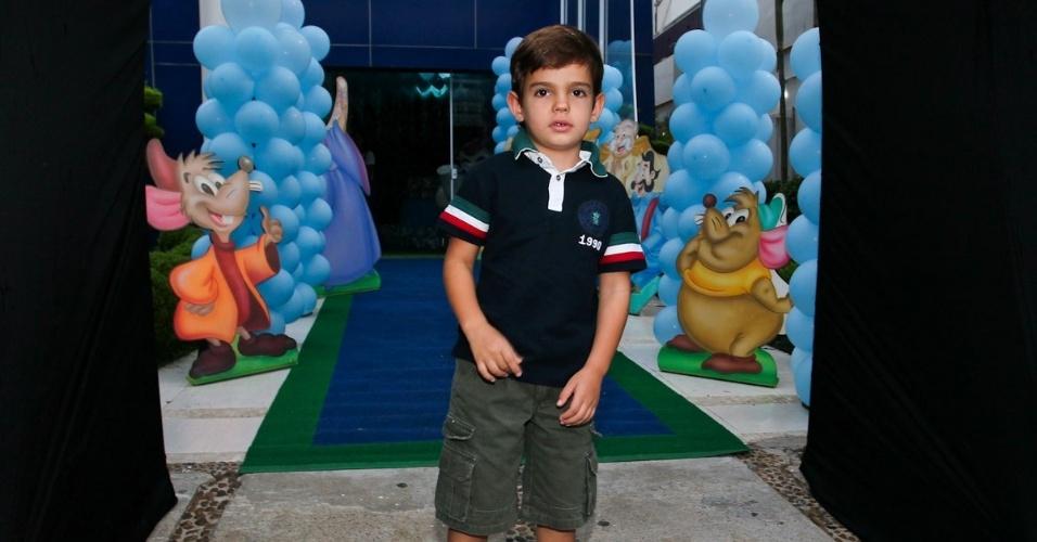 6.mar.2013 - Rodrigo, filho do Faustão, prestigiou o aniversário de três anos de Helena e Isabella, filhas de Luciano, em uma casa de festas em São Paulo