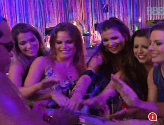 6.mar.2013 - Só as sisters tocando atabaque com Carlinhos Brown