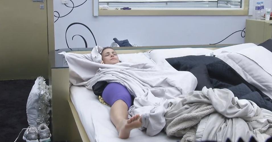 6.mar.2013 - Sozinha, Kamilla descansa no quarto do líder