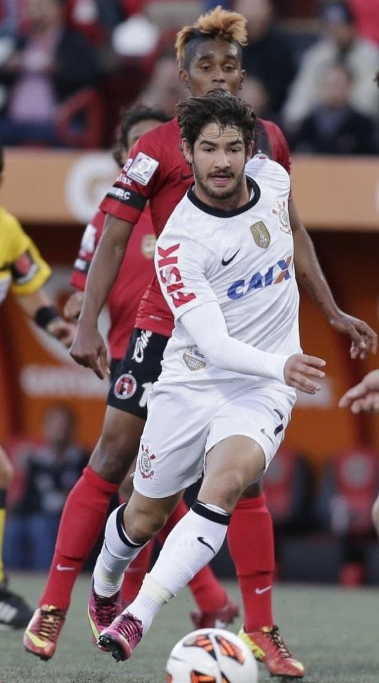 Alexandre Pato corre atrás da bola, observado por Fidel Martinez, do Tijuana (MEX), durante confronto pela Libertadores