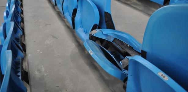 Cadeiras do setor visitante da Arena do Grêmio foram quebradas durante clássico de domingo