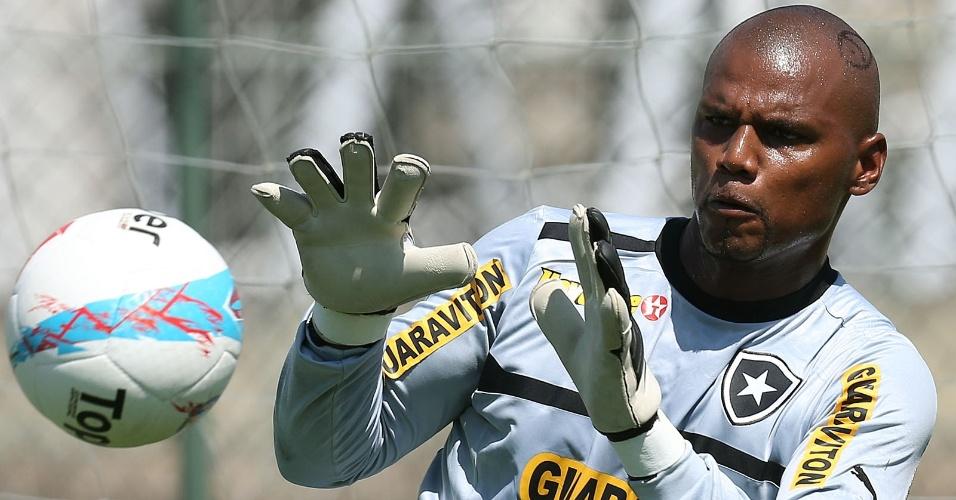 Com desenho de peixe na cabeça, goleiro Jefferson treina com o Botafogo