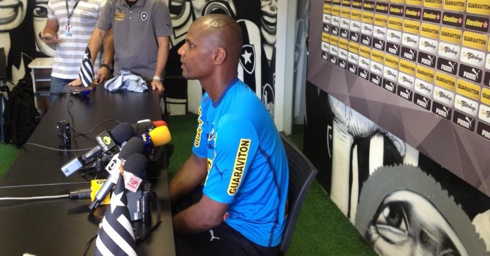Jefferson concede entrevista no Botafogo com o polêmico corte de cabelo
