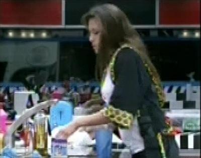 Kamilla levanta para preparar lanche e deixa André e Fernanda no quarto do líder