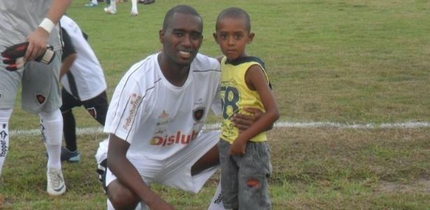 Erivelto posa com o filho após jogo no ano passado antes de anunciar a aposentadoria