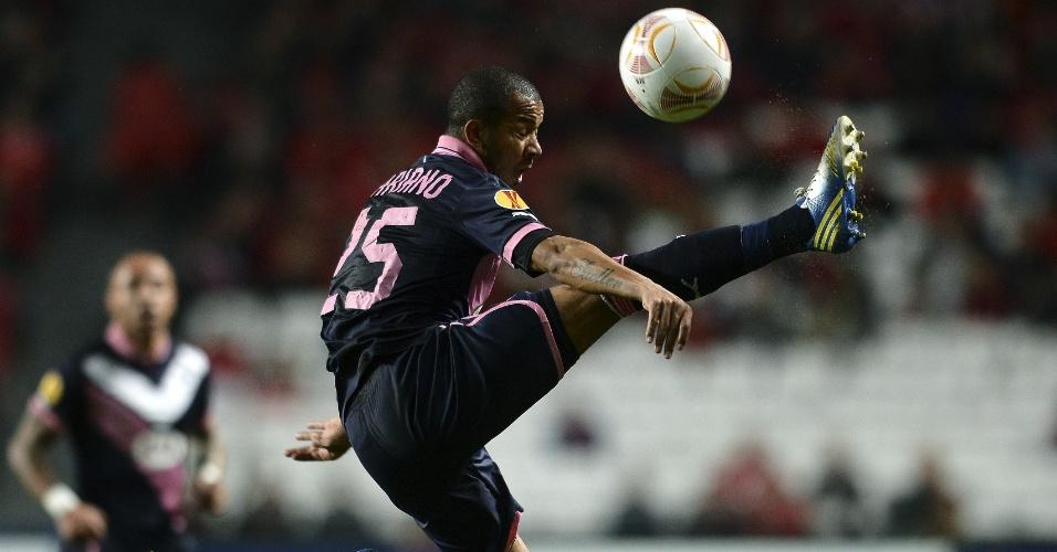 07.mar.2013 - Lateral direito Mariano, ex-Fluminense, domina a bola durante o jogo contra o Benfica, pelas oitavas da Liga Europa