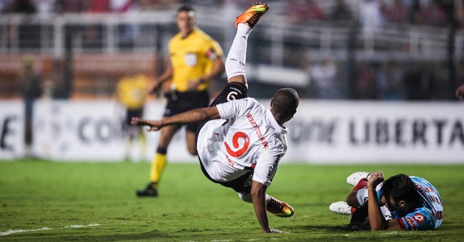 07.mar.2013 - Luis Fabiano tenta chutar durante partida entre São Paulo e Arsenal pela Libertadores