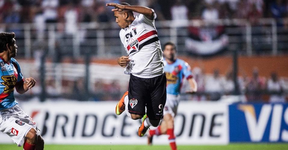 07.mar.2013 - Luis Fabiano tenta dominar a bola durante partida entre São Paulo e Arsenal pela Libertadores