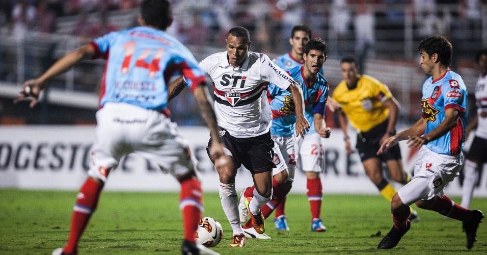 07.mar.2013 - Luis Fabiano tenta jogada durante São Paulo x Arsenal pela Libertadores