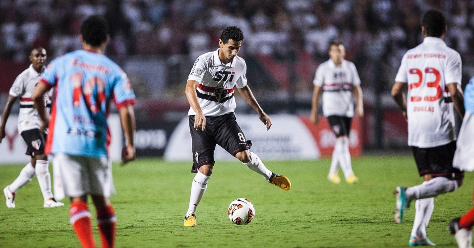 07.mar.2013 - Paulo Henrique Ganso tenta passar a bola durante jogo entre São Paulo e Arsenal pela Libertadores