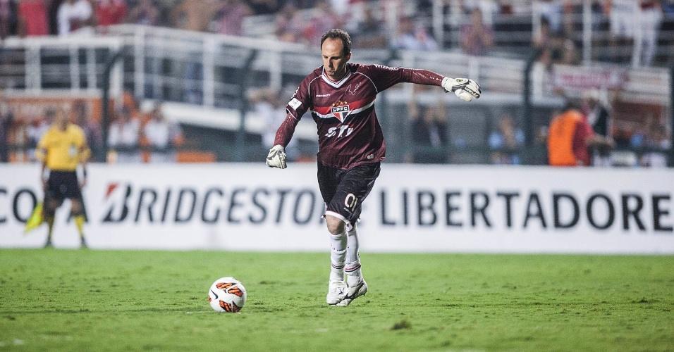 07.mar.2013 - Rogério Ceni cobra falta durante o jogo entre São Paulo e Arsenal pela Libertadores