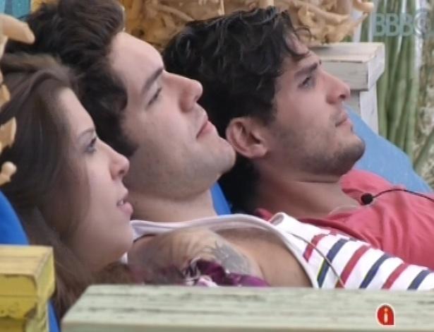 7.mar.2013 - Andressa, Nasser e André conversam na área externa da casa