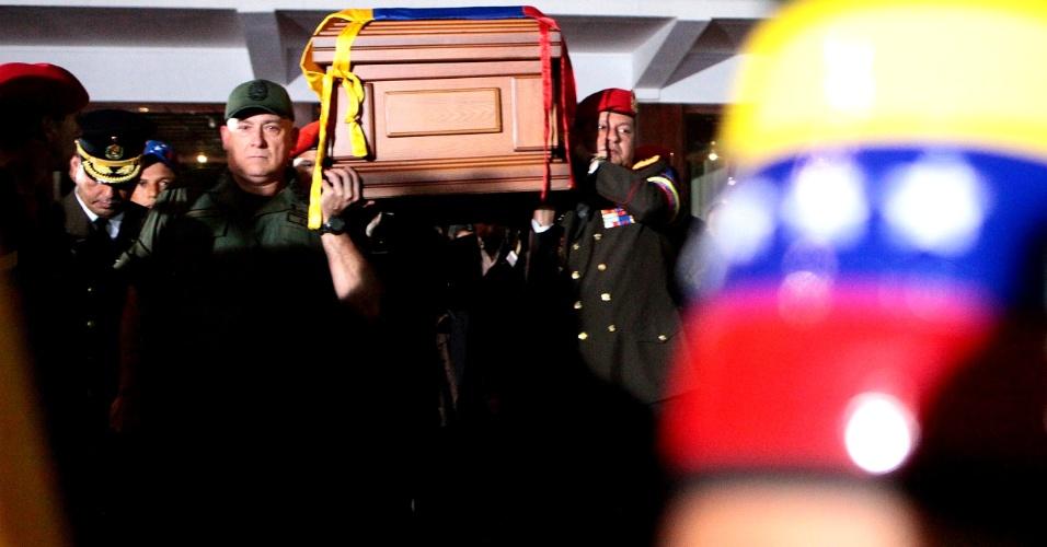 6.mar.2013 - Caixão com o corpo do presidente venezuelano Hugo Chávez  é carregado para a Academia Militar, em Caracas