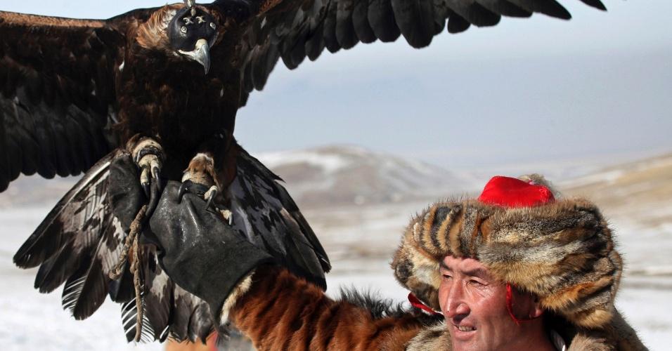 6.mar.2013 - Em imagem desta terça-feira (5), participante mostra sua ave durante uma competição de caça com águias durante o Festival das Águias, realizado no vale de Jargalant, próximo a Ulan Bator, capital da Mongólia