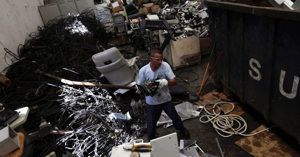6.mar.2013 - Funcionário segura placa de circuitos no armazém da cooperativa Coopermiti, em São Paulo. Segundo a ONU, o Brasil é o maior produtor de lixo eletrônico per capita entre os países em desenvolvimento. Parte deste lixo, altamente poluente, é reciclado por empresas e cooperativas