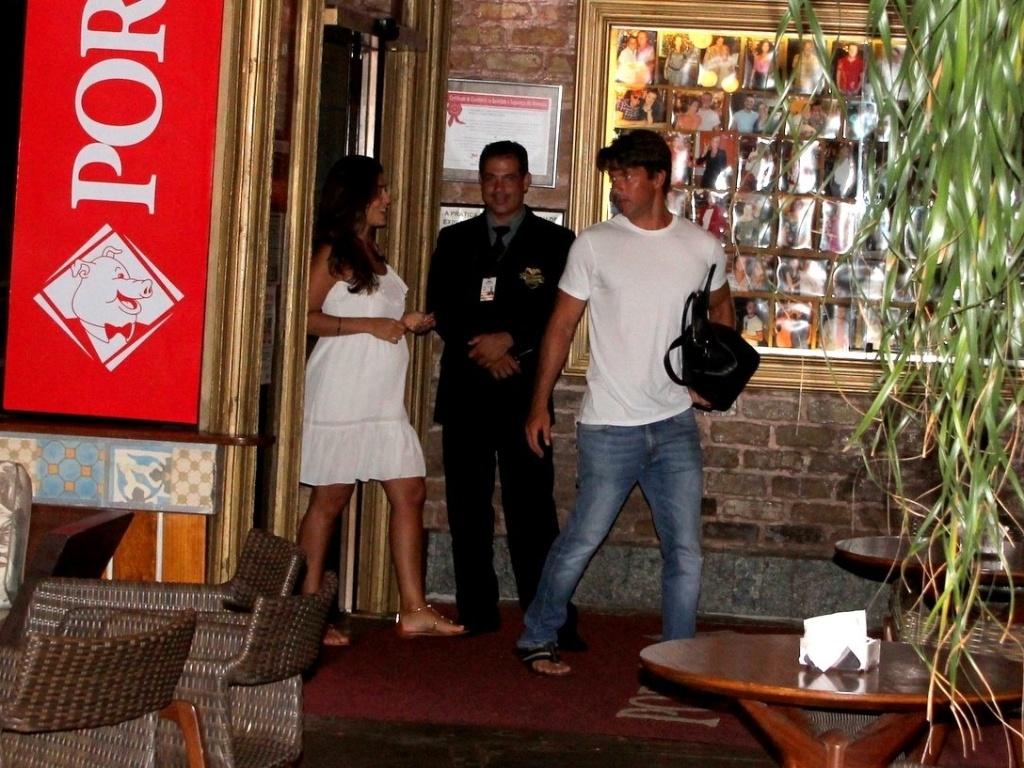 6.mar.2013 - Grávida, Juliana Paes vai com o marido a churrascaria na Barra da Tijuca, Rio de Janeiro