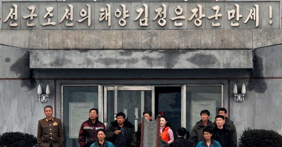 6.mar.2013 - Norte-coreanos assistem a um jogo de voleibol diante de edifício na cidade de Sinuiju, na fronteira com a cidade chinesa de Dandong. Segundo o ministro da defesa sul-coreano, a Coreia do Norte tem realizados exercícios militares de proporções incomuns, indicando uma resposta para as tensões envolvidas com as sanções aprovadas por EUA, Japão e Coreia do Sul
