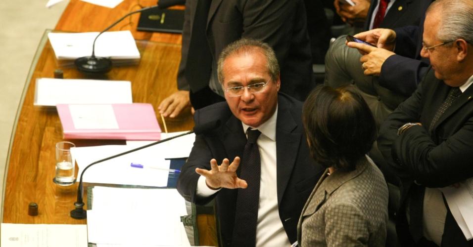 6.mar.2013 - Senador Renan Calheiros (PMDB-AL) responde ao senador Lindbergh Farias (PT-RJ), com quem discutiu por conta do tempo regimental a que cada parlamentar tinha direito na sessão sobre os vetos aos royalties do petróleo nesta quarta-feira