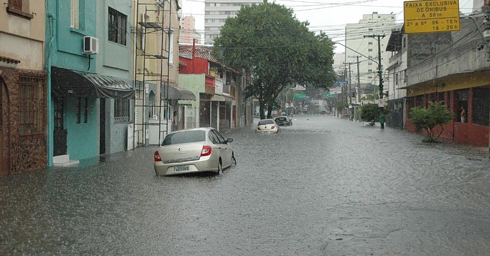 7.3.2013 - Alagamento na Vila Pompeia, em São Paulo, na tarde desta quinta-feira (7)