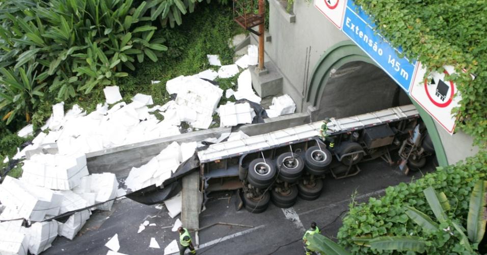 7.mar.2013 - Uma carreta que transportava uma carga de papel tombou na manhã desta quinta-feira (7) no km 47 da rodovia Anchieta, na altura de Cubatão (SP). O acidente levou à interdição da pista sul e provocou um enorme congestionamento