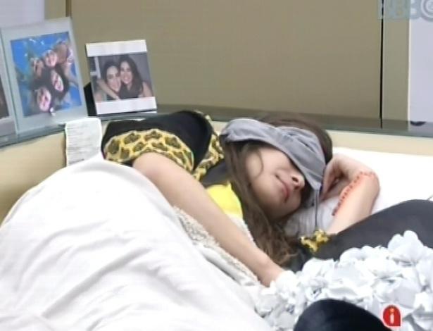 7.mar.2013 - A líder Kamilla volta a dormir após tomar café da manhã carpichado
