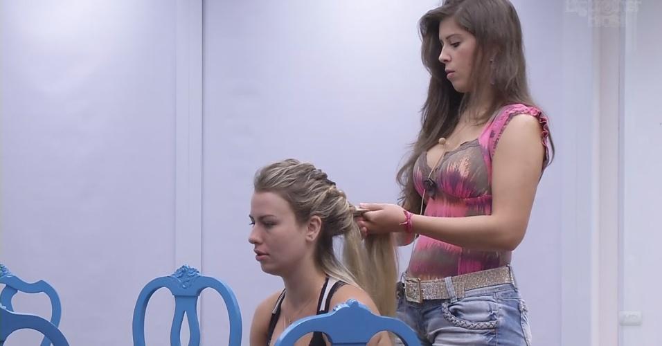 7.mar.2013 - Andressa faz uma trança no cabelo de Fernanda