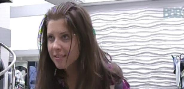 7.mar.2013 - Andressa molha os cabelos com água da pia enquanto conversa com Fani sobre a festa desta madrugada