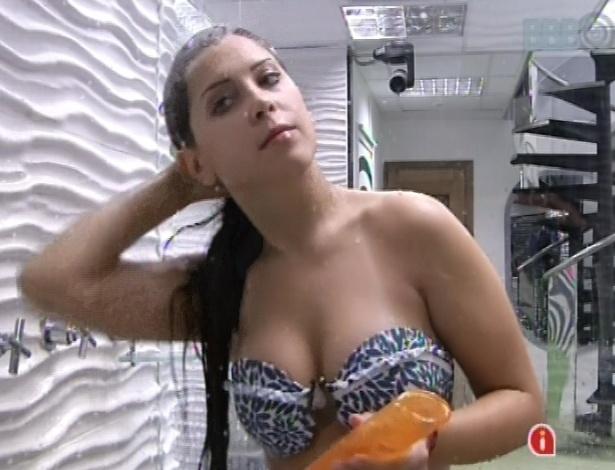 7.mar.2013 - Andressa também se ajeita para o programa ao vivo