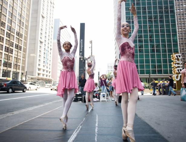 7.mar.2013 - Bailarinas foram à avenida Paulista nesta quinta-feira (7), no centro de São Paulo, para pedir ajuda às pessoas e conseguir arrecadar fundos para que o grupo de dança ao qual fazem parte conseguir custear as passagens para participar de um evento na França