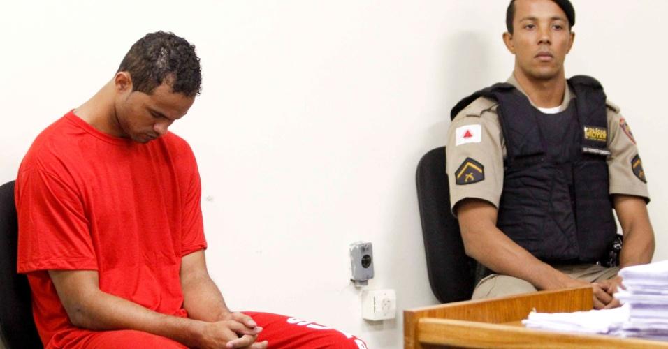 7.mar.2013 - Cabisbaixo, ex-goleiro Bruno Fernandes ouve depoimentos no Fórum Pedro Aleixo, em Contagem (MG), em seu 4º dia de julgamento