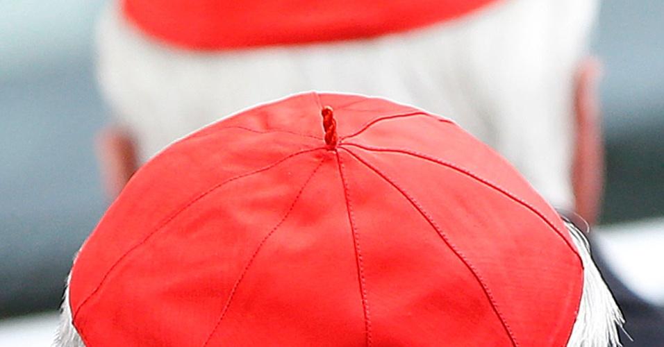 7.mar.2013 - Cardeais chegam para participar de reunião preparatória para o conclave que elegerá o sucessor de Bento 16