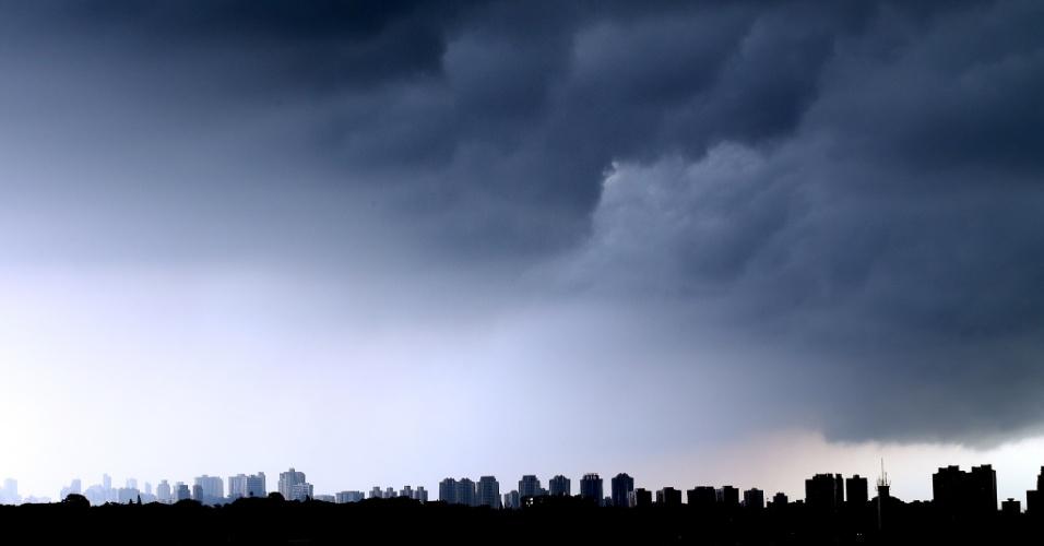 7.mar.2013 - Céu coberto de nuvens na zona sul de São Paulo, na tarde desta quinta-feira (7)
