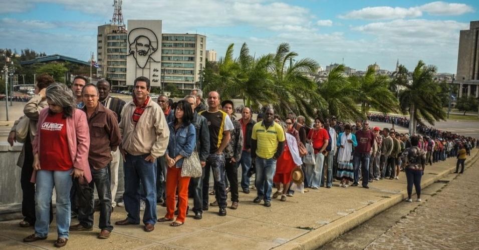 7.mar.2013 - Cubanos fazem fila na praça da Revolução, em Havana, para assistir à homenagem póstuma ao presidente da Venezuela, Hugo Chávez, no Memorial José Martí,nesta quinta-feira (7)