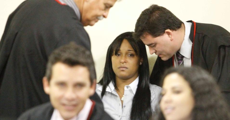 7.mar.2013 - Dayanne Souza, ex-mulher do ex-goleiro Bruno Fernandes de Souza assiste no banco dos réus ao julgamento, no Fórum Pedro Aleixo, em Contagem (MG). Ele é acusado de mandar matar a ex-amante Eliza Samudio